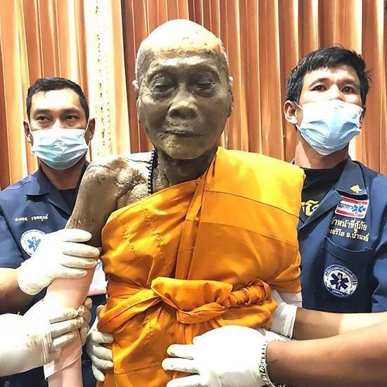 Мертвый буддийский монах улыбнулся в гробу