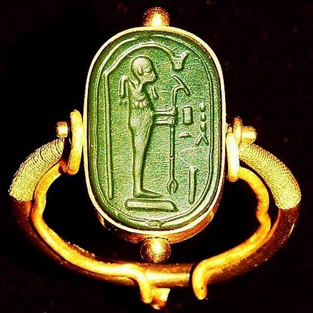 В гробнице Тутанхамона найдено кольцо с изображением пришельца