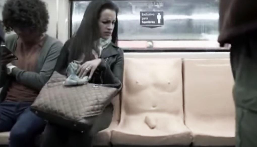 В Мехико в метро установили сиденья в виде голых мужчин