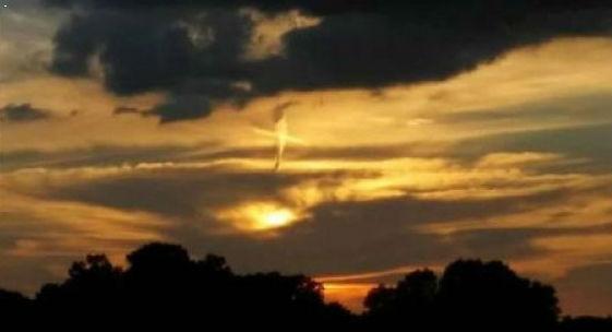 Над США в небе загорелся огненный крест