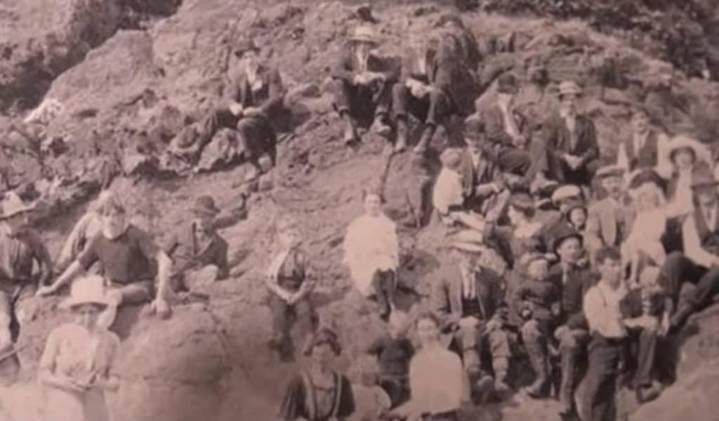 На фото 1917 года «путешественник во времени» выдал себя двумя деталями