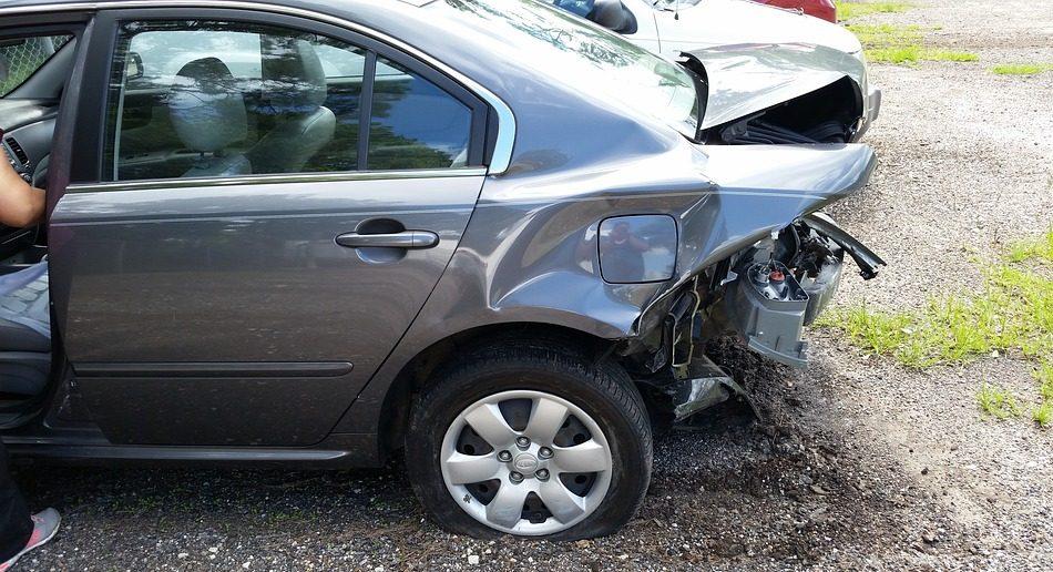 Молодой человек бесследно исчез после того, как его машина врезалась в дерево