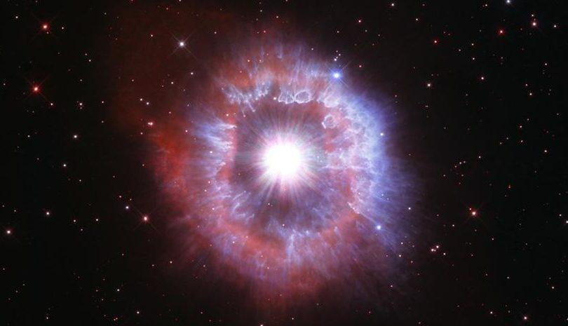 Телескоп Хаббл сделал снимок звезды на грани коллапса