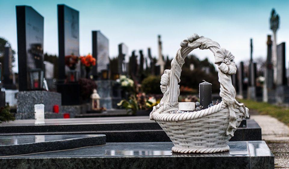 Гранит или мрамор: какой материал для памятника лучше