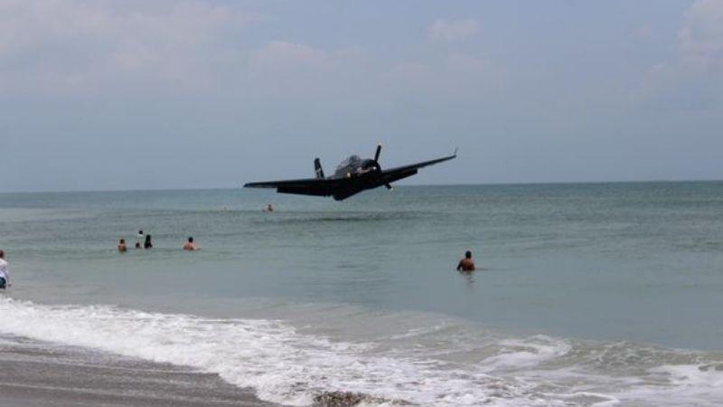 В США на одном из пляжей Флориды военный самолет совершил аварийную посадку