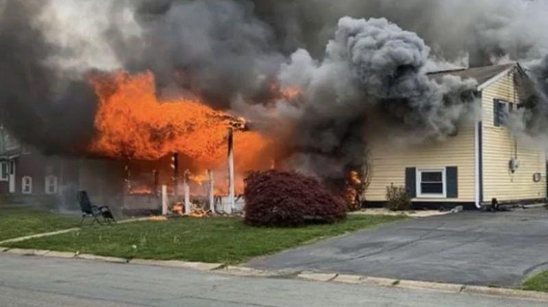 Американка сидела на лужайке и смотрела, как горит ее дом