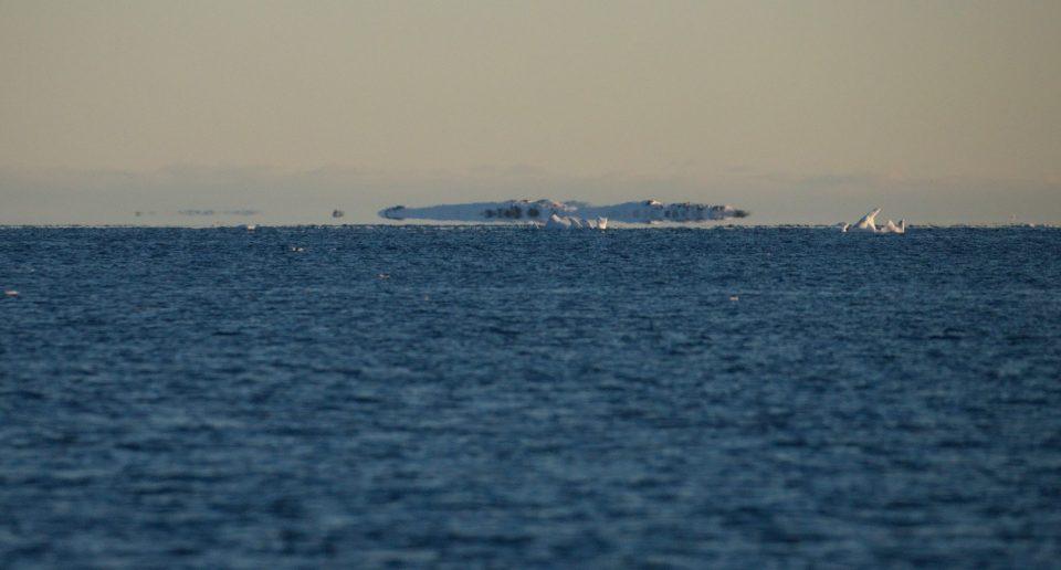 Украинские полярники запечатлели на фото «летающие» айсберги