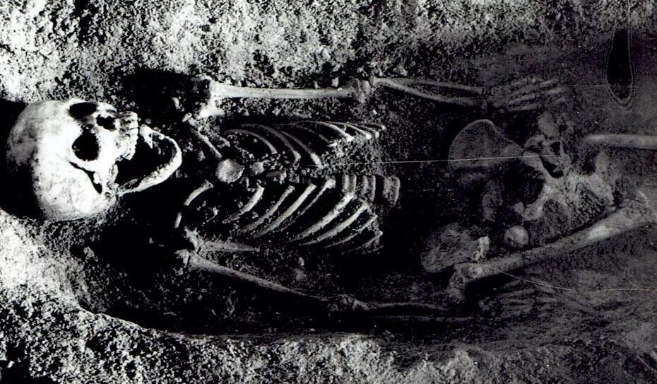 Археологи уже 50 лет не могут разгадать тайну девочки с птицей во рту