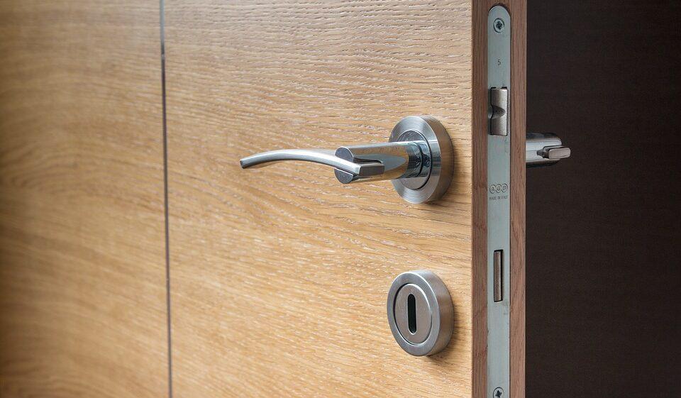 Щеточные уплотнители для дверей: особенности и преимущества