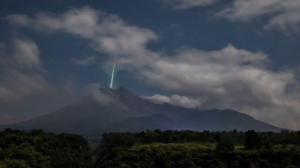 Над индонезийским вулканом Мерапи запечатлели зеленый луч