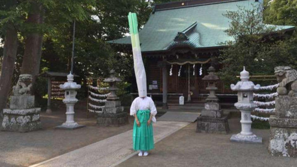 В Японии священник привлекает в храм людей с помощью костюма зеленого лука