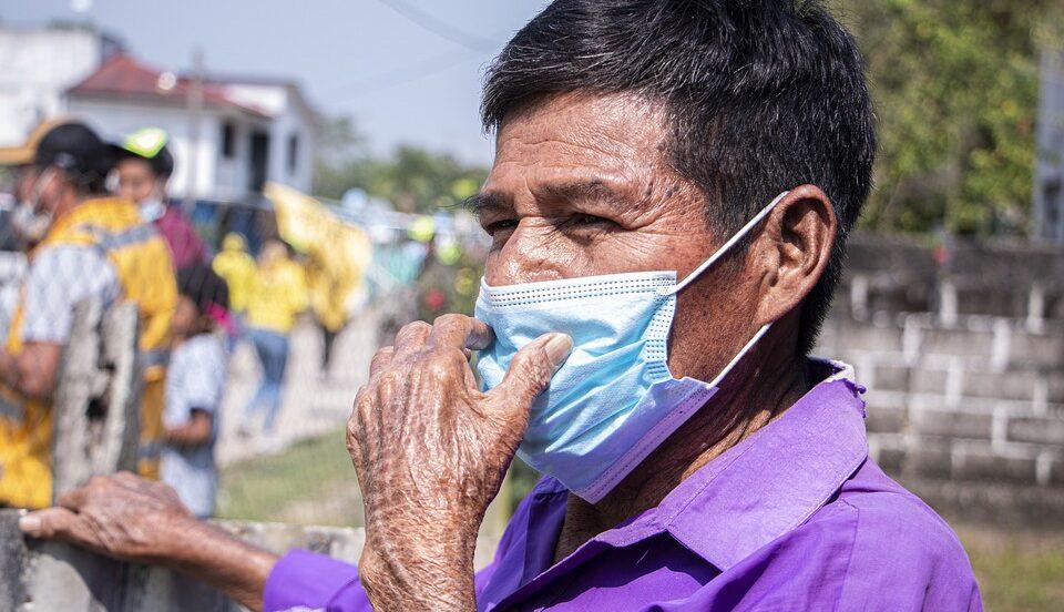 Люди без гражданства не могут получить прививки от COVID-19