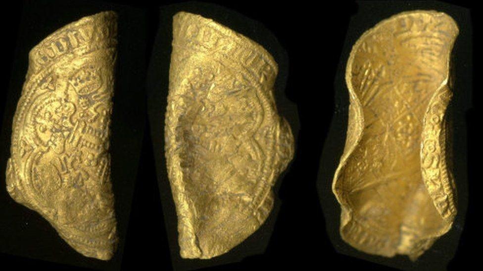 Британский археолог обнаружил редчайшую монету 14 века