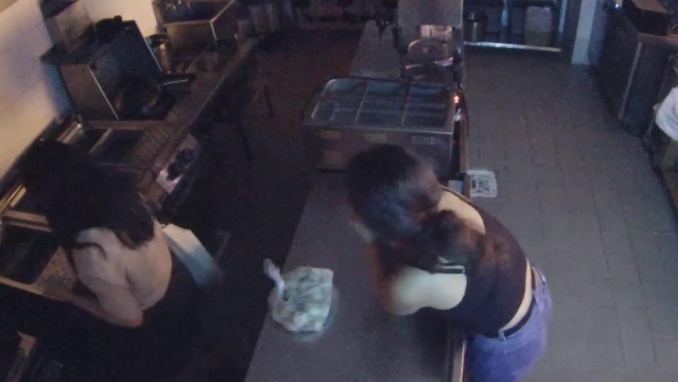 Две пьяные американки проникли в кафе, чтобы сварить себе пельмени