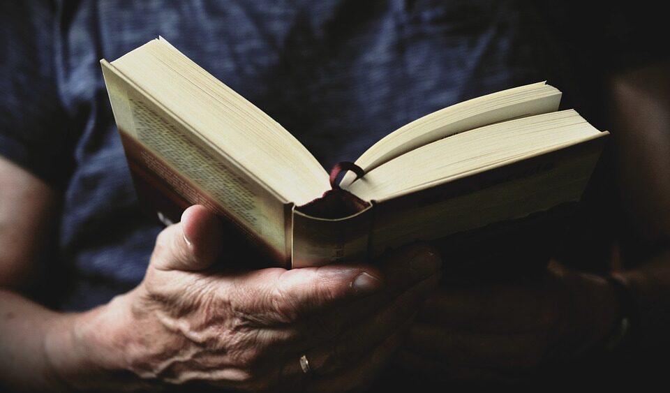 Мужчина вернул в библиотеку взятые 100 лет назад книги