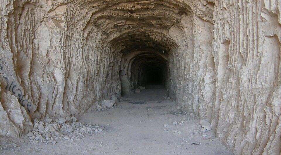 Мужчина нашел у себя под домом таинственные подземные ходы