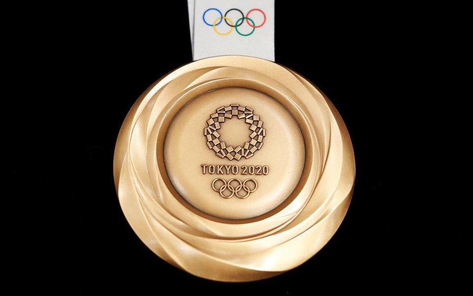 В Японии мэр зубами испортил золотую медаль олимпийской чемпионки