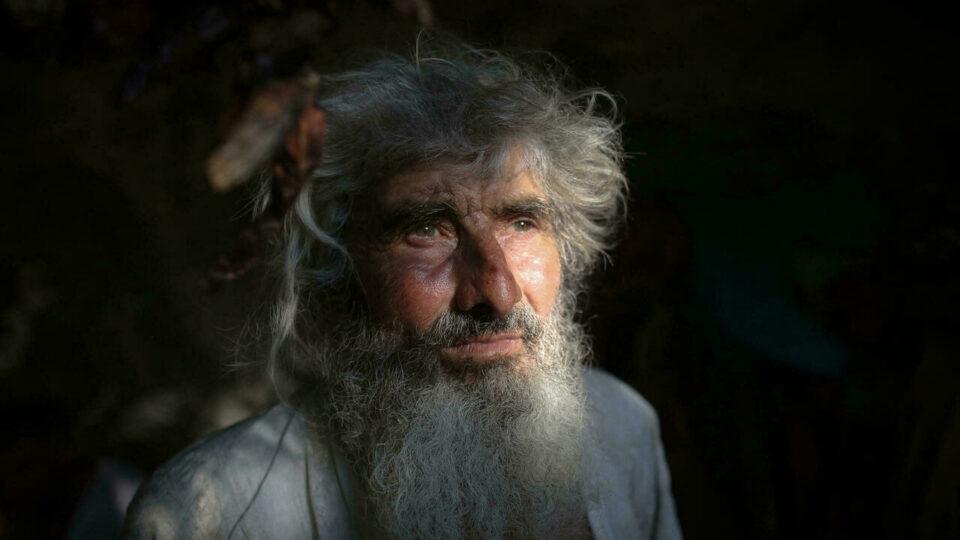 Серб, живущий в пещере десятки лет, узнал о пандемии после редкого похода в магазин