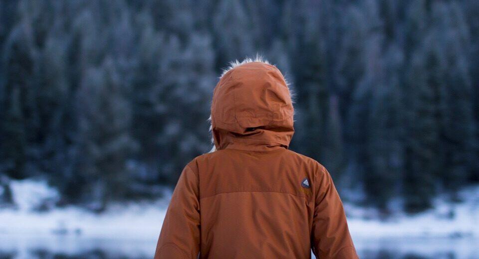 Модные зимние куртки с мехом и пуховики в 2021 году