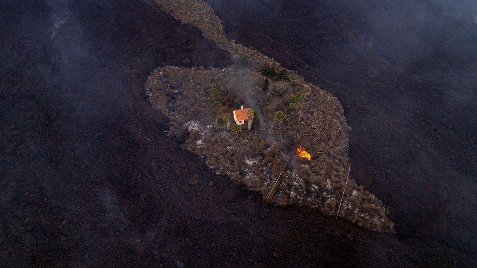 «Чудо-дом»: лава вулкана обошла виллу пенсионеров на Канарах