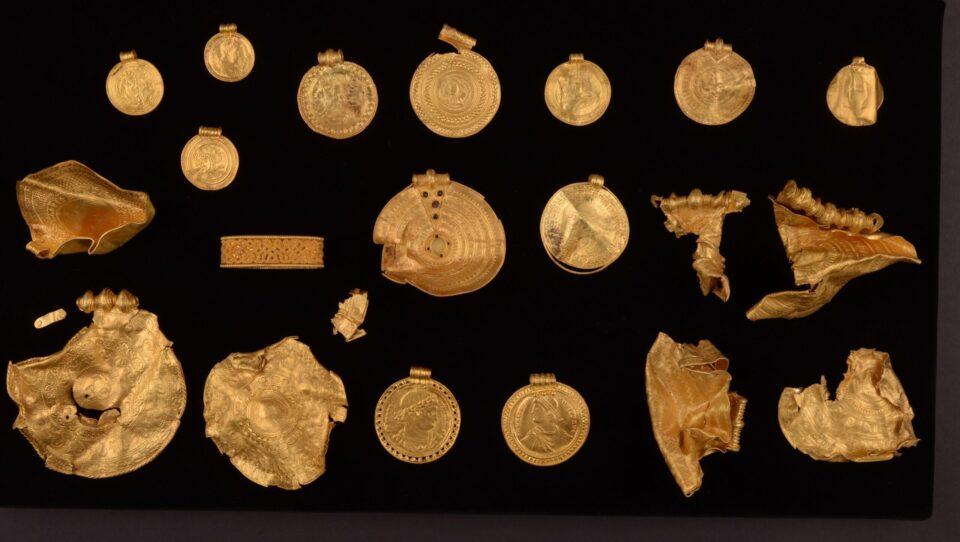 В Дании археолог-любитель обнаружил десятки золотых изделий