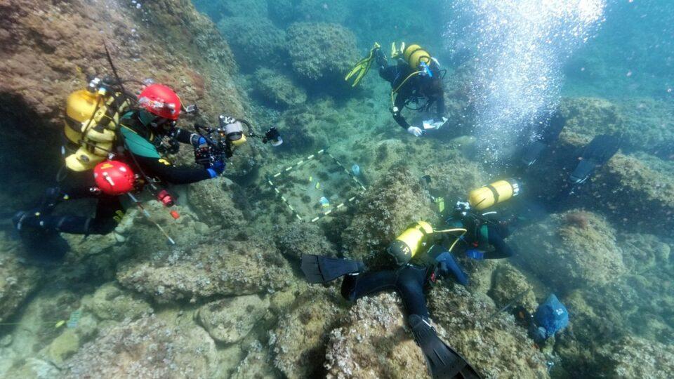 Дайверы убирали мусор на морском дне и обнаружили клад