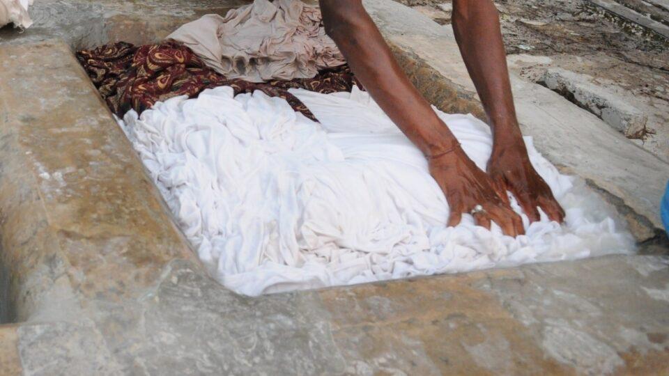 Мужчину приговорили к 6 месяцам стирки и глажки одежды 2000 женщинам