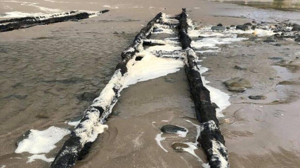 На британском пляже нашли железнодорожную дорогу, ведущую в море