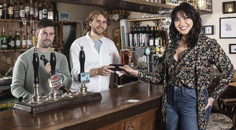 В Лондонском пабе можно расплатиться за пиво старым смартфоном