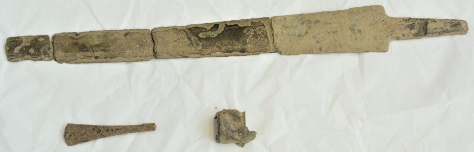 Фин на заднем дворе родительского дома нашел старинный меч