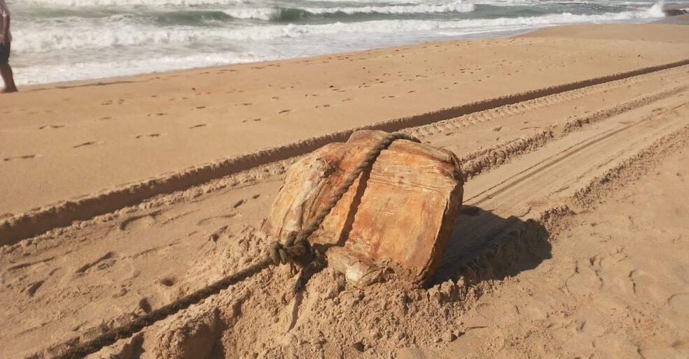 В Бразилии на берег выбросило груз, находившийся на нацистском судне