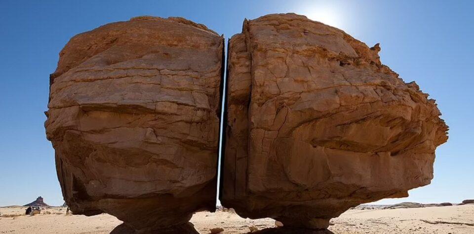 Раскрыта тайна «разрезанного» пополам камня в Саудовской Аравии