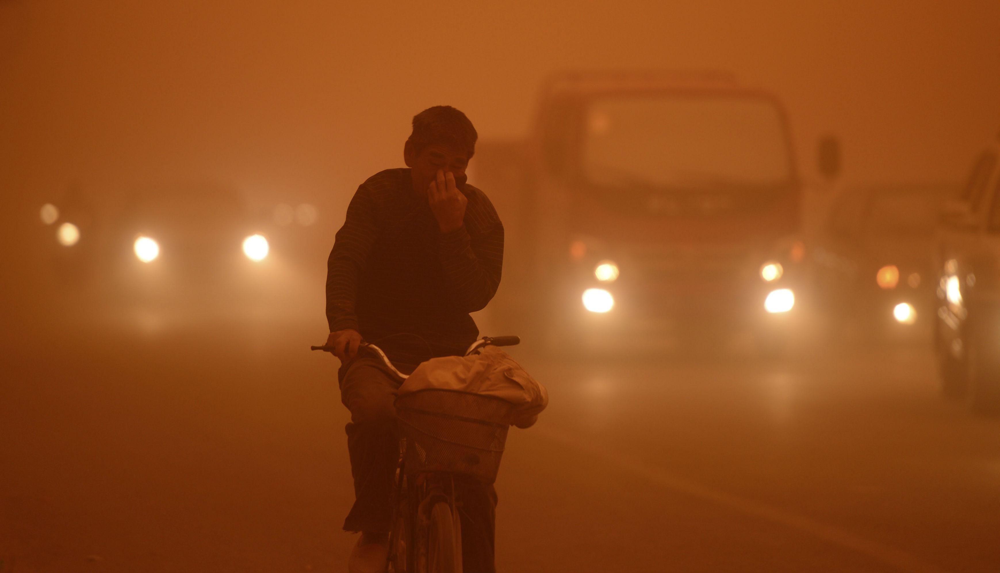 Песчаная буря накрыла Китай