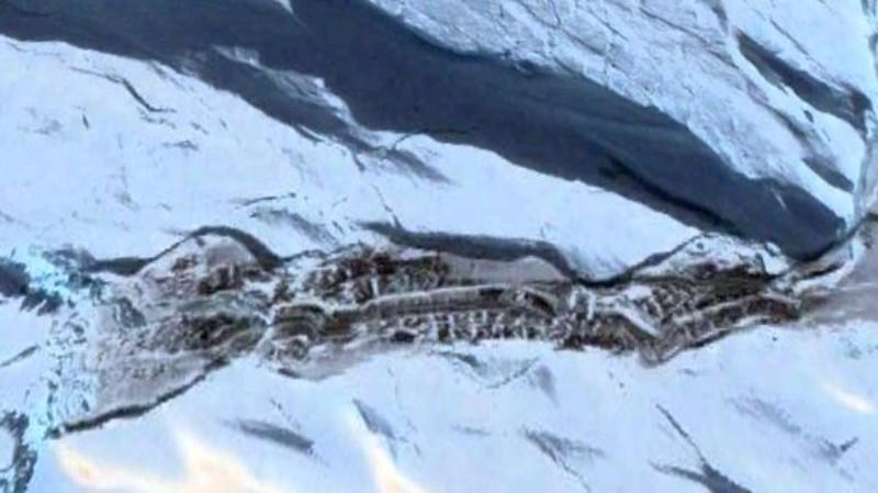 В Антарктиде из-под ледяного покрова показалось что-то странное