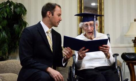 США — 97-летняя старушка получила диплом об окончании школы