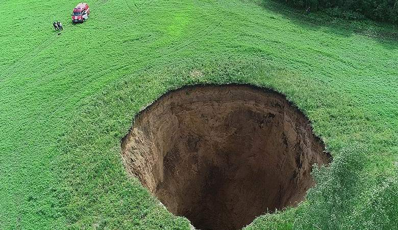 В России посреди поля образовалась огромная воронка