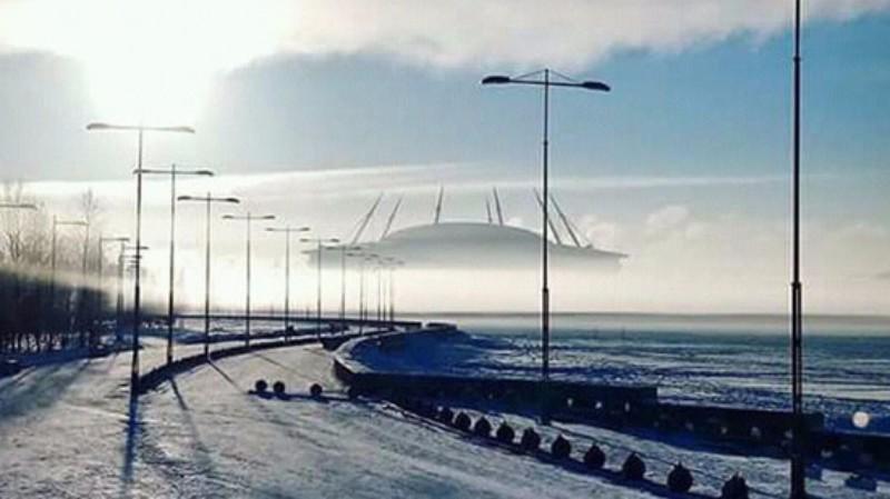 Над Санкт-Петербургом завис гигантский «инопланетный корабль»