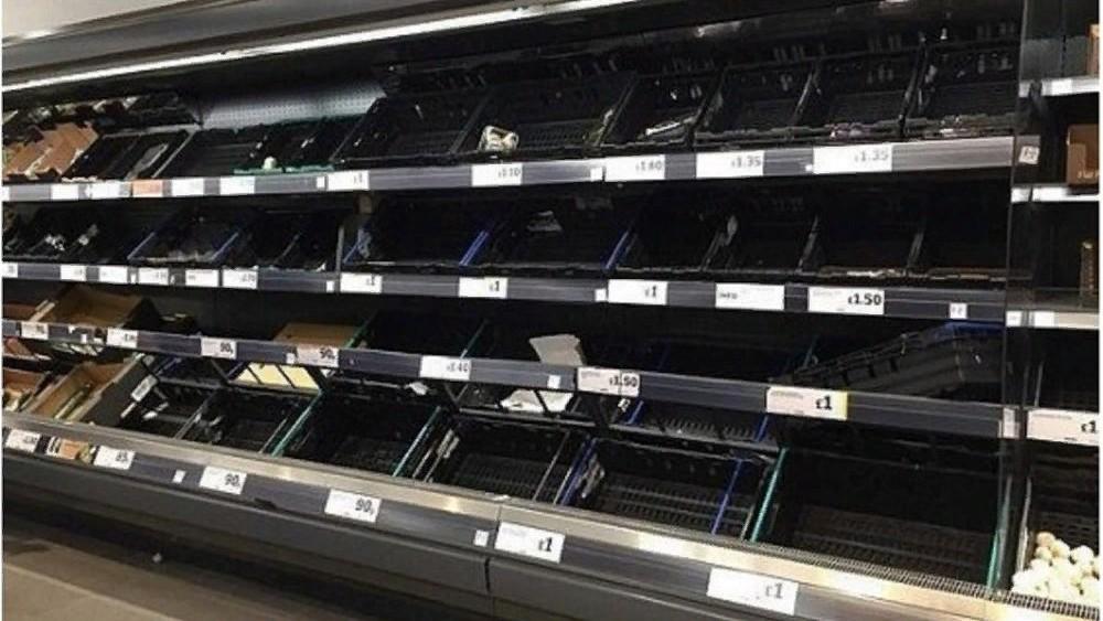 Жители Великобритании по какой-то причине массово опустошают полки супермаркетов