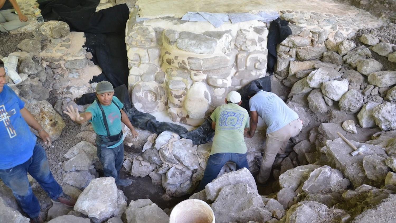 Археологи раскопали маску древнего божества майя, а потом закопали ее обратно