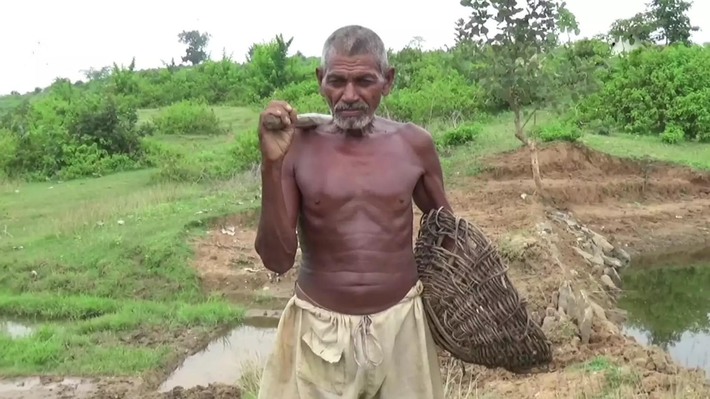 Мужчина 30 лет рыл проход к источнику, чтобы дать воду односельчанам