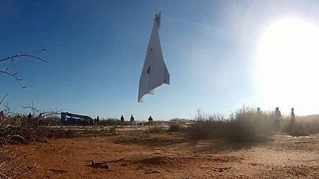 Наиболее большой бумажный самолет в мире,был запущен в небо над Аризоной