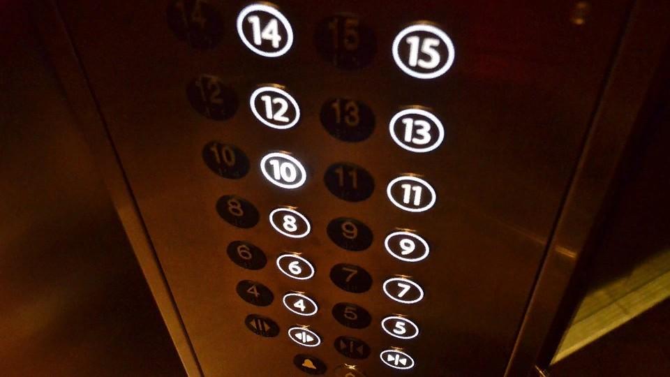 В Китае невидимая сила подбросила девочку в лифте