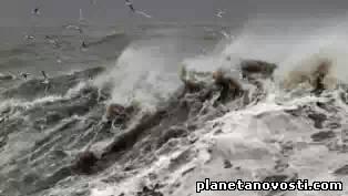 Жители прибрежной зоны и около 600 студентов эвакуированы из-за шторма в Уэльсе