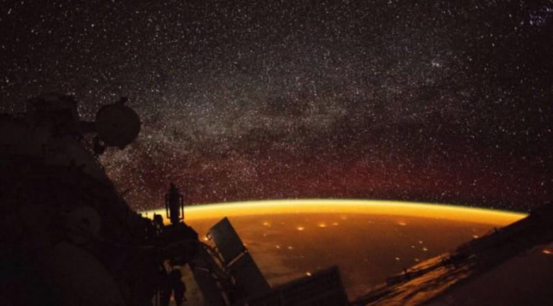 Астронавт запечатлел Землю, окутанную странным свечением