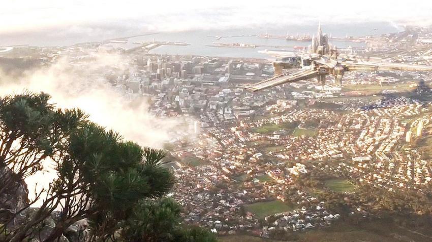 В небе над Кейптауном появился летающий город