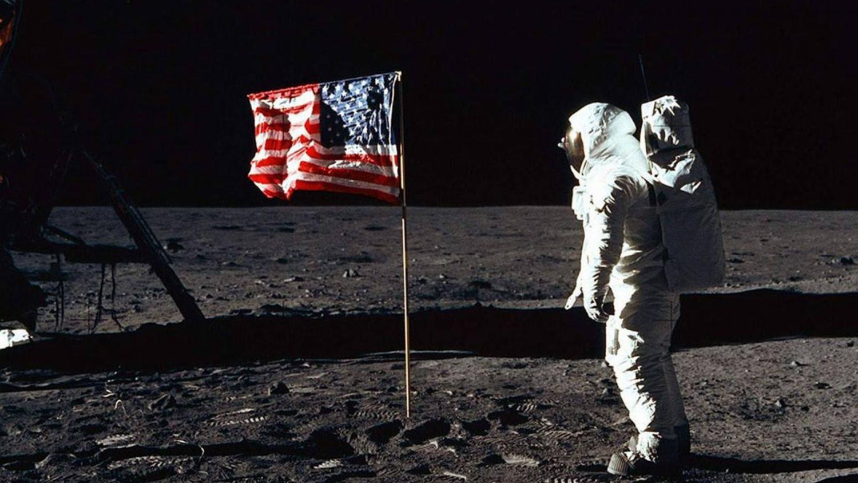 Ученые NASA рассказали, что случилось с флагами США на Луне