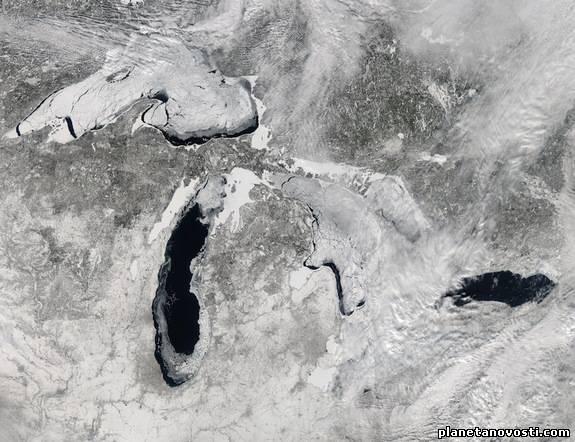 Потрясающий вид из космоса на Великие озера, покрытые льдом
