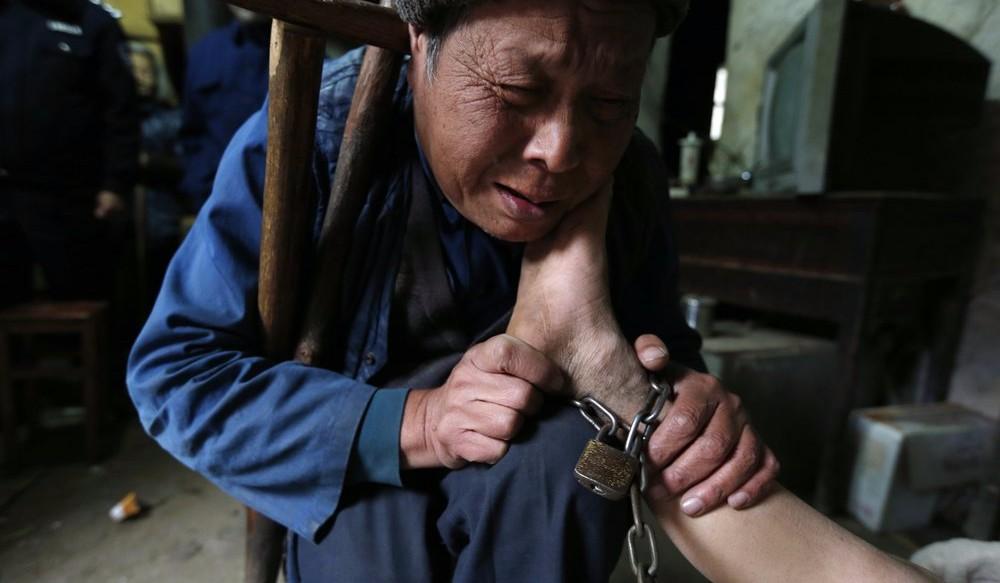 В Китае родители 30 лет держали взаперти сына, порабощенного нечистым