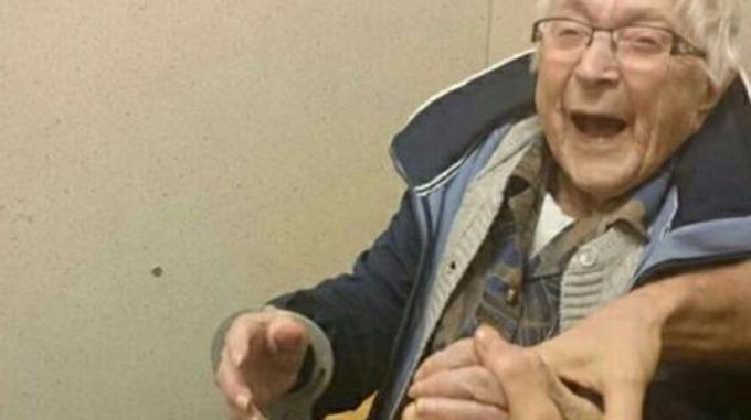 Странная просьба 99-летней старушки озадачила полицейских