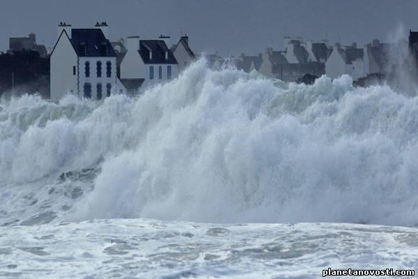 Буря Петра оставила без света 25 тыс. домов во Франции